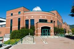 Wetenschap die op Universitaire campus voortbouwt Stock Afbeelding