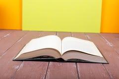 Wetenschap en onderwijs - Oud leeg open boek op de houten lijst Royalty-vrije Stock Foto's