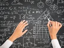 Wetenschap en wiskundeformules op bord Stock Afbeelding