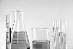 Wetenschappelijk laboratorium experimenteel glaswerk met duidelijke oplossing stock fotografie