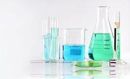 Wetenschappelijk laboratorium experimenteel glaswerk met duidelijke oplossing royalty-vrije stock foto's
