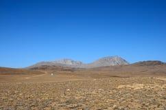 Wetenschappelijk materiaal door weg in droge en onvruchtbare Deosai-Vlaktes gilgit-Baltistan Pakistan stock fotografie
