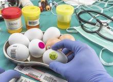 Wetenschappelijk merk met etiketeieren in slechte staat om binnen te onderzoeken stock afbeeldingen
