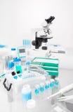 Wetenschappelijke achtergrond met steekproeven, pipet, en ijsmand Stock Afbeelding