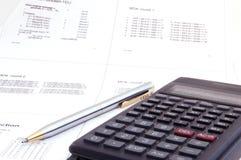 Wetenschappelijke calculator en pen op de lezingsnota Stock Afbeelding