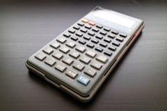 Wetenschappelijke calculator op zwarte oppervlakteachtergrond Stock Foto's