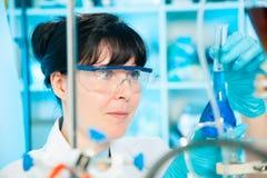 Wetenschappelijke onderzoeker in een laboratorium Stock Foto's