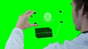 Wetenschapper, arts die futuristische touchscreen technologie gebruiken, die röntgenstraal tonen Motie grafisch op chromakey stock videobeelden