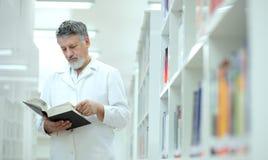wetenschapper/arts in een bibliotheek Stock Fotografie