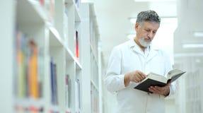 Wetenschapper/arts in een bibliotheek Royalty-vrije Stock Foto's