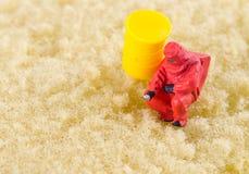Wetenschapper bacterieel controleren op het schoonmakende stootkussen royalty-vrije stock afbeeldingen