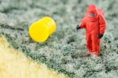 Wetenschapper bacterieel controleren op het schoonmakende stootkussen stock fotografie