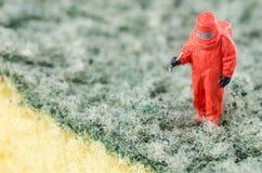 Wetenschapper bacterieel controleren op het schoonmakende stootkussen stock foto