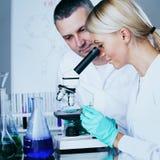 Wetenschapper in chemisch laboratorium Stock Foto