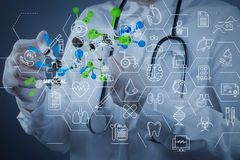 Wetenschapper de aanrakings virtuele moleculaire structuur van de artsenhand in l royalty-vrije stock foto