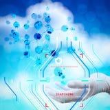 wetenschapper de artsenhand houdt virtuele 3d moleculaire structuur in t Stock Foto