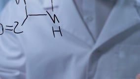 Wetenschapper die aan verwezenlijking van nieuw formule, het leiden en het registreren onderzoek werken stock footage