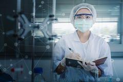 Wetenschapper die bij het laboratorium werkt Stock Afbeelding