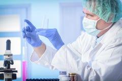 Wetenschapper die bij het laboratorium werkt royalty-vrije stock foto's