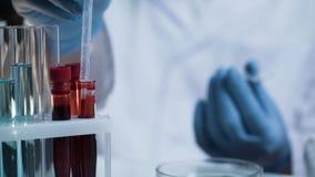 Wetenschapper die bloeddaling voor medisch onderzoek nemen, die tot vaccin, innovatie leiden royalty-vrije stock afbeelding