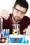 Wetenschapper die chemische producten mengt Stock Afbeeldingen