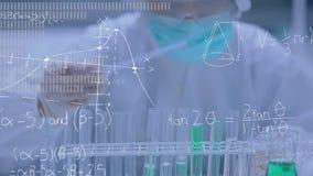 Wetenschapper die chemische producten mengt stock video
