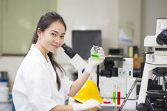 Wetenschapper die chemische test in laboratorium doen royalty-vrije stock afbeeldingen