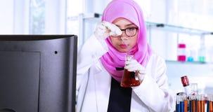 Wetenschapper die chemische vloeistof in het laboratorium mengen stock video