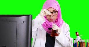 Wetenschapper die chemische vloeistof mengen stock video
