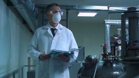Wetenschapper die in dagboek schrijven terwijl status in laboratorium stock video