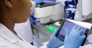 Wetenschapper die digitale tablet 4k gebruiken stock videobeelden