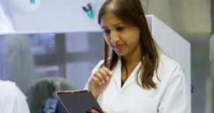 Wetenschapper die digitale tablet in laboratorium 4k gebruiken stock videobeelden