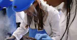 Wetenschapper die digitale tablet in laboratorium 4k gebruiken stock footage