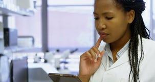 Wetenschapper die digitale tablet in laboratorium 4k gebruiken stock video