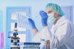 Wetenschapper die DNA-opeenvolging analizing royalty-vrije stock afbeeldingen