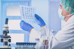 Wetenschapper die DNA-opeenvolging analizing stock foto's