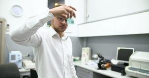 Wetenschapper die een behandeling vinden stock footage