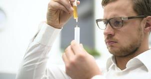 Wetenschapper die een behandeling vinden stock video