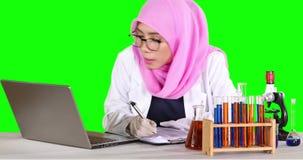 Wetenschapper die een experimentrapport schrijven stock videobeelden