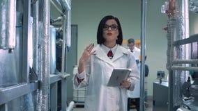 Wetenschapper die en in laboratorium lopen spreken stock footage