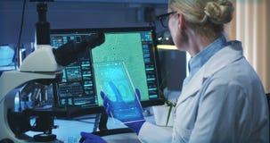 Wetenschapper die het holografische vertoningsscherm met behulp van stock videobeelden