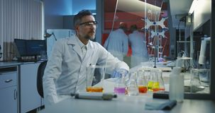 Wetenschapper die het vlak transparant vertoningsscherm met behulp van stock videobeelden