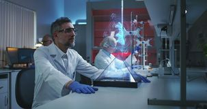 Wetenschapper die holografische DNA-ketting onderzoekt stock videobeelden