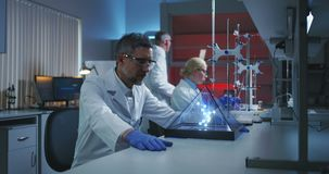 Wetenschapper die holografische moleculaire structuur onderzoeken stock videobeelden