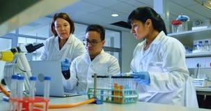Wetenschapper die in laboratorium 4k experimenteren stock footage