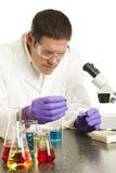 Wetenschapper die in Laboratorium werkt Royalty-vrije Stock Afbeeldingen