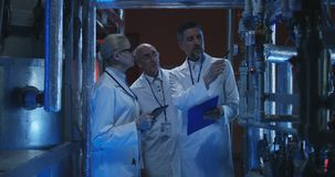 Wetenschapper die materiaal tonen aan collega's stock video
