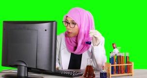 Wetenschapper die met computer en reageerbuis werken stock videobeelden