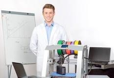 Wetenschapper die met driedimensionele printer werken Stock Foto