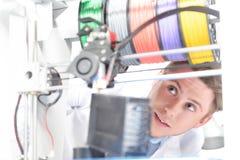 Wetenschapper die met driedimensionele printer werken Stock Afbeelding